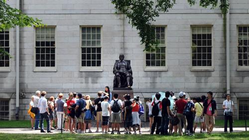 Khách du lịch tham quan trường đại học Harvard, thành phố Cambridge, bang Massachusetts, Mỹ. Ảnh: SCMP.