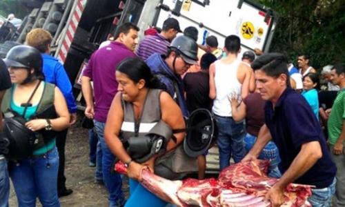 Người dân chặn xe tải cướp thịt ở Venezuela. Ảnh: Panama Post.