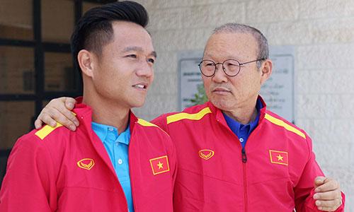 Ông Park Hang-seo và đội trưởng Đinh Thanh Trung đặt mục tiêu có điểm trước chủ nhà Jordan. Ảnh: VFF.
