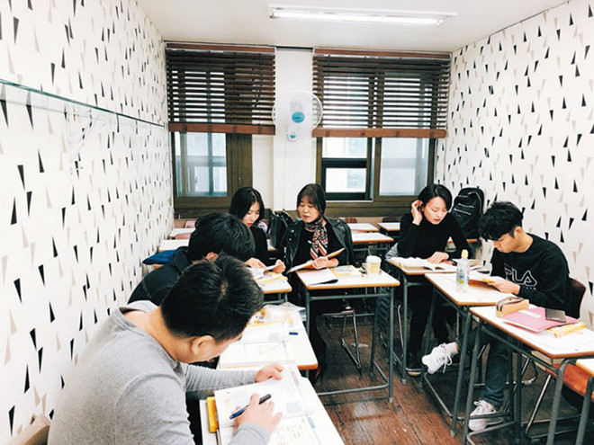 Một lớp học tiếng Việt tại quận Gangnam, Seoul. Ảnh: Chosun Ilbo.