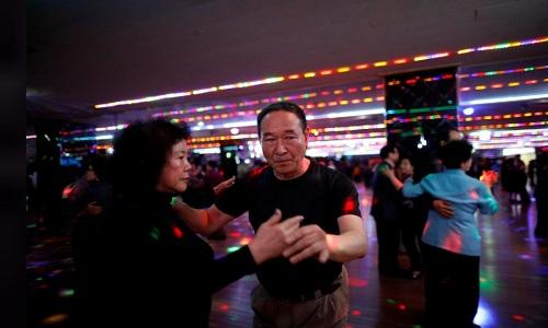 Ông Kim In-gil và bạn nhảy trong colatec ở New Hyundai Core. Ảnh: Reuters.