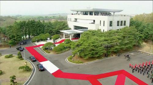 Tổng thống Moon Jae-in và phái đoàn Hàn Quốc đã tới Bàn Môn Điếm. - Ảnh: REUTERS.