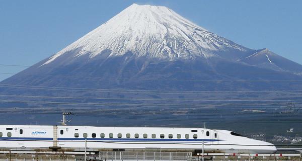 Con tàu shinkansen chạy dưới chân núi Phú Sĩ. Nguồn ảnh: Internet.