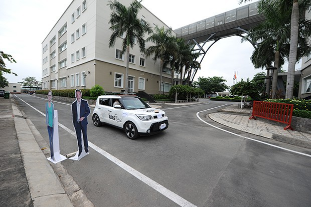 Vật cản hình người cao 1,7m được đặt trên đường trong một lần thử nghiệm. Ảnh: Trí Thức Trẻ