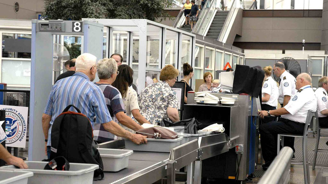 Du khách xếp hàng khi đi qua cổng kiểm soát an ninh