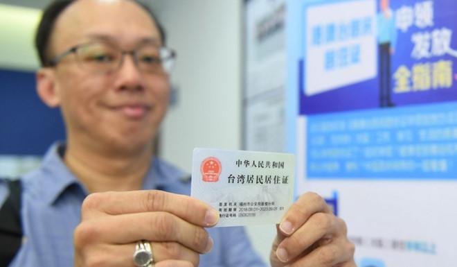 Một người Đài Loan được nhập tịch vào Trung Quốc theo chính sách chiêu mộ nhân tài của Bắc Kinh. Ảnh: Xinhua.
