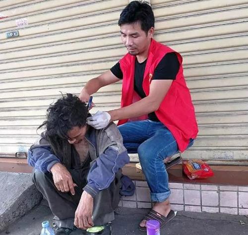 Cai Yanqiu cắt tóc cho một người vô gia cư. Ảnh: People's Daily