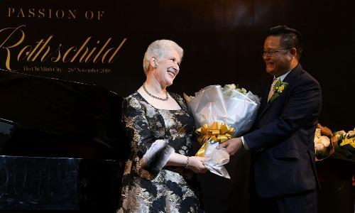 Ông Vũ Trường Ca - Chủ tịch tập đoàn Lina Net Work tặng hoa bà Baroness Charlotte de Rothschild.
