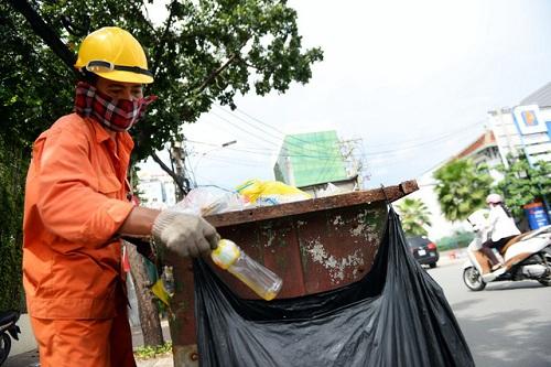 Nhân viên môi trường TP HCM phân loại rác sau khi thu gom. Ảnh: Hữu Khoa.